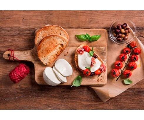Брускетта с моцареллой, запеченными помидорами черри, оливками и базиликом